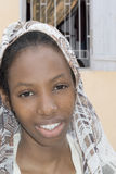 Belleza joven del Afro que lleva un velo en la calle Fotos de archivo