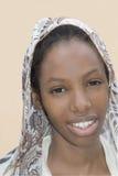 Belleza joven del Afro que lleva un velo en la calle Fotografía de archivo