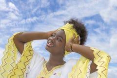 Belleza joven del Afro vestida para una celebración Imágenes de archivo libres de regalías