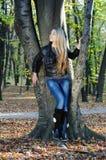Belleza joven en un parque del otoño Imagen de archivo
