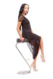 Belleza Leggy en una alta silla Foto de archivo libre de regalías