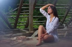 Belleza morena en el ático abandonado Foto de archivo libre de regalías