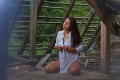 Belleza morena en el ático abandonado 2 Fotografía de archivo