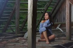 Belleza morena en el ático abandonado 3 Imagen de archivo libre de regalías
