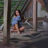 Belleza morena en el ático abandonado 5 Foto de archivo