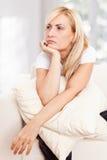 Belleza, mujer dolorosa en un sofá Imagen de archivo