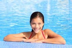 Belleza natural de la mujer de la piscina Fotografía de archivo