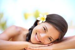 Belleza natural de la mujer que se relaja en el balneario al aire libre Foto de archivo libre de regalías