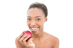 Belleza natural sonriente que sostiene la manzana roja Imagen de archivo