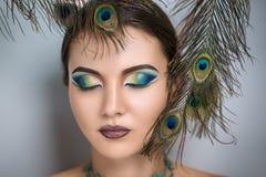 Belleza oriental con las plumas del pavo real Fotografía de archivo