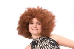 Belleza pelirroja con la peluca afro Imagenes de archivo