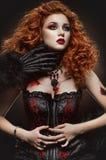 Belleza pelirroja gótica y la bestia Fotos de archivo