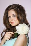 Belleza pura Muchacha que sostiene la flor blanca de la peonía Imágenes de archivo libres de regalías