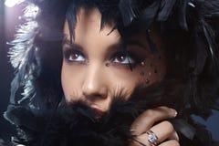 Belleza que oculta en boa de plumas Imagen de archivo libre de regalías