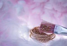 belleza rosada del suplemento de la salud de los descensos del agua de la crema del cepillo de la nube que pinta el polvo creativ Imágenes de archivo libres de regalías