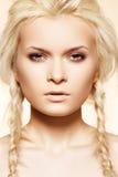 Belleza rubia con el peinado de la manera del hippie, trenzas Foto de archivo