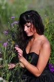 Belleza sensual oscura con la flor Imagenes de archivo
