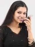 Belleza sonriente que habla en el teléfono celular Fotos de archivo libres de regalías