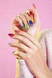 Belleza tirada del modelo que lleva esmalte de uñas colorido Fotografía de archivo