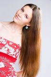 Belleza triguena con el pelo largo. foto de archivo