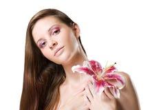 Belleza triguena magnífica tirada con la flor. imágenes de archivo libres de regalías
