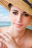 Belleza triguena que se relaja en la playa. Imagen de archivo