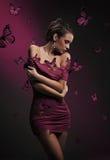 Belleza triguena y mariposas violetas Imágenes de archivo libres de regalías