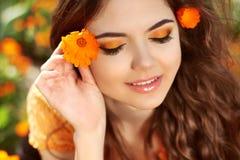Belleza Woman Face modelo. Mujer sonriente con sombreadores de ojos sobre flo Imagenes de archivo