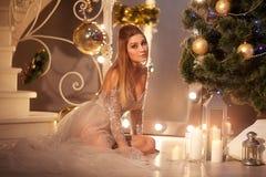 Belleza Woman modelo cerca del Año Nuevo de la celebración del árbol de navidad Imágenes de archivo libres de regalías