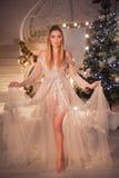 Belleza Woman modelo cerca del Año Nuevo de la celebración del árbol de navidad Imagen de archivo