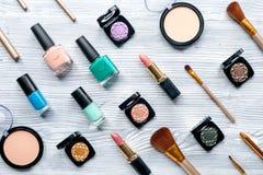 Belleza y concepto de la moda con los cosméticos decorativos en la opinión superior del fondo de la tabla Foto de archivo libre de regalías