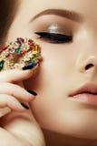 Belleza y concepto de la moda Mujer hermosa con joyería Fotografía de archivo libre de regalías