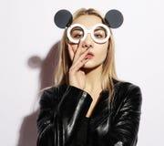 Belleza y concepto de la moda: mujer joven con el sunglasse creativo Imágenes de archivo libres de regalías