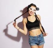 Belleza y concepto de la moda: mujer joven con las gafas de sol creativas Fotos de archivo