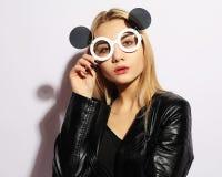 Belleza y concepto de la moda: mujer joven con las gafas de sol creativas Foto de archivo