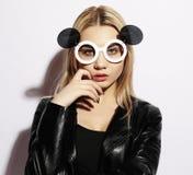 Belleza y concepto de la moda: mujer joven con las gafas de sol creativas Fotografía de archivo libre de regalías