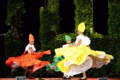 Bellezas colombianas que bailan en la etapa al aire libre de la noche Fotos de archivo libres de regalías