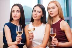 Bellezas con el vino Foto de archivo libre de regalías