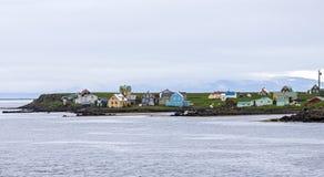 Bellezas del ` s de Islandia, colinas extensas y casas región-específicas imagen de archivo libre de regalías