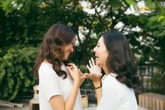 Bellezas en estilo Smilin bien vestido joven hermoso de dos mujeres Fotos de archivo libres de regalías