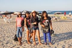 Bellezas malgaches, muchachas del adolescente que descansan sobre la playa Fotos de archivo
