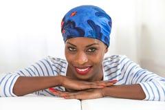 Bellezza africana Bella donna che indossa un foulard e che esamina macchina fotografica fotografia stock