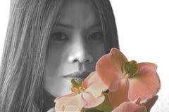 Bellezza asiatica con le orchidee Fotografia Stock