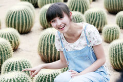 Bellezza asiatica nel giacimento del cactus Fotografia Stock Libera da Diritti