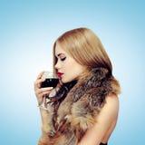 Bellezza, bevande e concetto della gente - donna che gode del gusto di vino fotografia stock