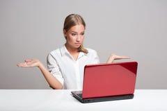 Bellezza bionda con il computer portatile Fotografia Stock Libera da Diritti
