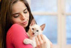 Bellezza castana con il gattino sveglio Fotografie Stock Libere da Diritti
