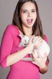 Bellezza castana con il gattino sveglio Fotografia Stock