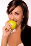 Bellezza caucasica che mangia una mela Fotografia Stock Libera da Diritti