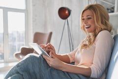 Bellezza che pratica il surfing la rete Giovane donna attraente che usando linguetta digitale Immagini Stock Libere da Diritti